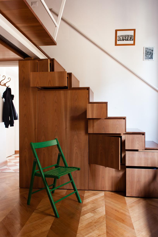 Holztreppe mit Stauraum Wohnung Innenarchitektur Italien